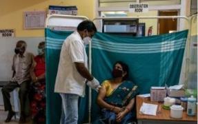 인도 의료진이 코로나 백신을 접종하는 모습
