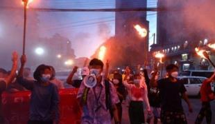 양곤에서 반쿠데타 시위를 벌이는 시위대 <사진=AFP>