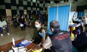 인도네시아에서 코로나19 백신 접종하는 모습