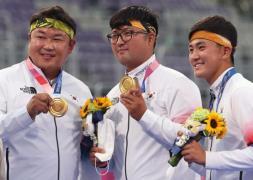 양궁 남자 단체전 금메달을 획득한 오진혁, 김우진, 김제덕