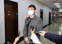 취재진 질문에 답하는 김웅 의원