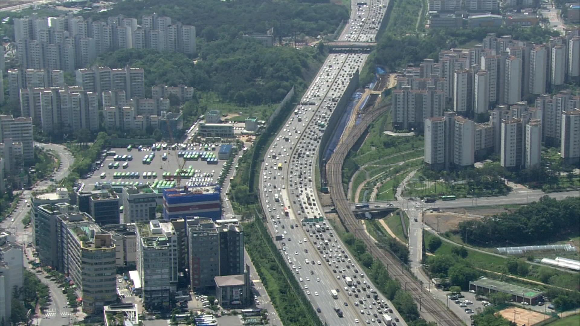 본격 여름 휴가철…고속도로 주말 전후 교통량 몰려